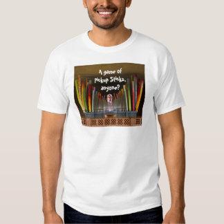 Un juego de la recogida pega la camiseta poleras