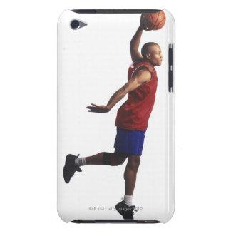 un jugador de básquet joven del varón adulto vuela iPod touch funda