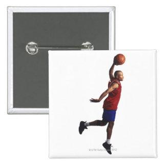 un jugador de básquet joven del varón adulto vuela pin cuadrado