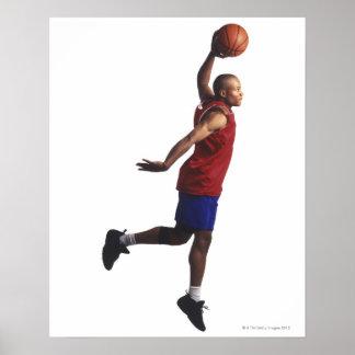 un jugador de básquet joven del varón adulto vuela póster