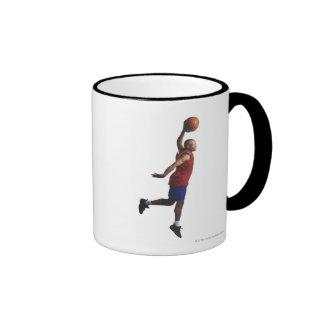 un jugador de básquet joven del varón adulto vuela taza a dos colores