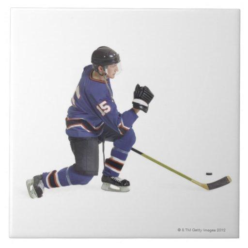 un jugador de hockey masculino caucásico adulto en azulejos cerámicos