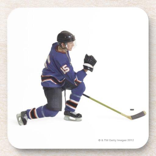 un jugador de hockey masculino caucásico adulto en posavaso