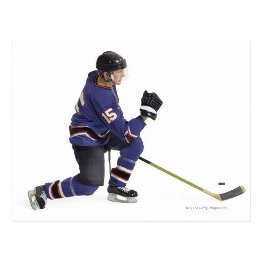 un jugador de hockey masculino caucásico adulto en postales