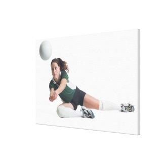 un jugador de voleibol femenino caucásico joven en lona envuelta para galerías