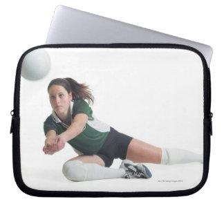 un jugador de voleibol femenino caucásico joven en mangas portátiles