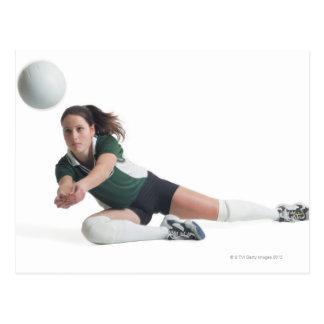 un jugador de voleibol femenino caucásico joven en postales