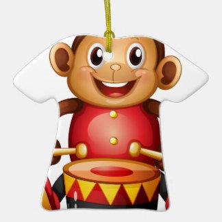 Un juguete musical del mono adorno de cerámica en forma de camiseta