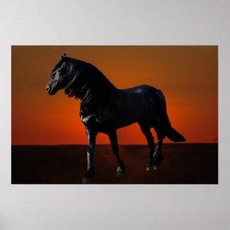 Un jugueteo de la puesta del sol de los caballos póster