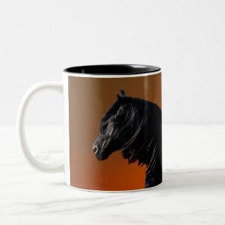 Un jugueteo de la puesta del sol de los caballos taza dos tonos