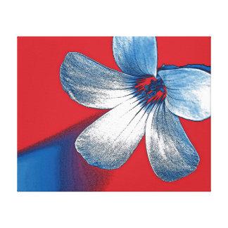 Un juguetón corrige de una pequeña flor impresión en lienzo estirada