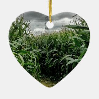 Un laberinto del maíz adorno navideño de cerámica en forma de corazón