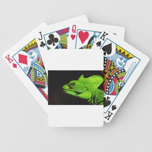 Un lagarto del basilisco baraja cartas de poker