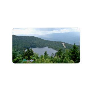 Un lago en el medio de un bosque etiqueta de dirección