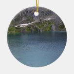 Un lago frío de la montaña ornamento para arbol de navidad