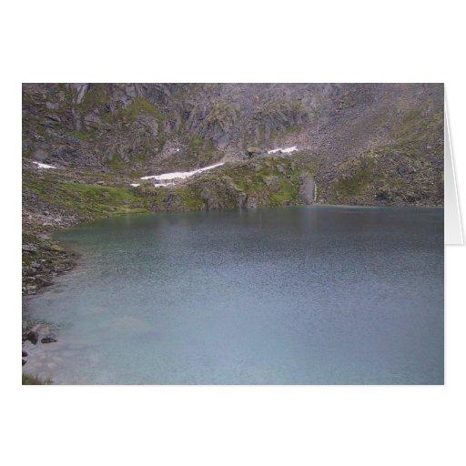 Un lago frío mountain en Alaska en un día cubierto Tarjeta De Felicitación
