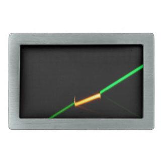 Un laser verde que penetraba una oscuridad coloreó hebillas cinturon rectangulares