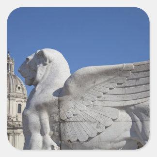 Un león con alas tallado en el frente del vencedor colcomanias cuadradas personalizadas