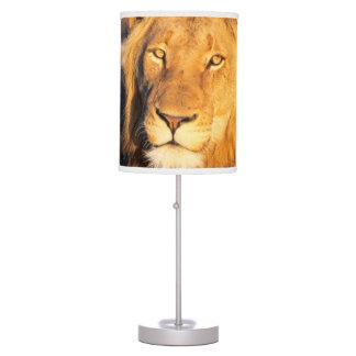 Un león crinado rojo que mira la cámara lámpara de escritorio