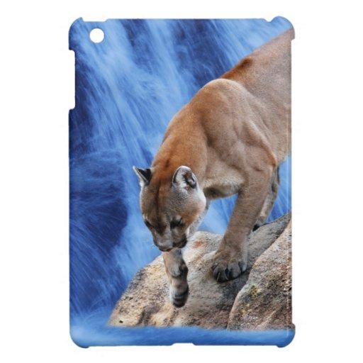 Un león de montaña en la cascada iPad mini funda