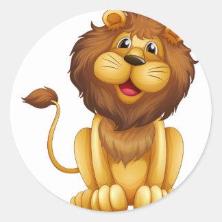 Un león feliz en una posición sentada pegatina redonda