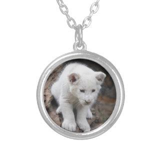 Un león lindo del blanco del bebé colgante redondo
