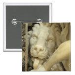 Un león que lame al pie de Daniel Pin Cuadrada 5 Cm