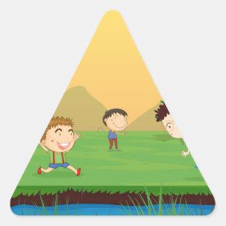 Un letrero vacío con un grupo de niños en el CCB Pegatina Triangular