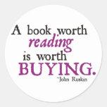 Un libro digno de la lectura vale el comprar pegatina redonda