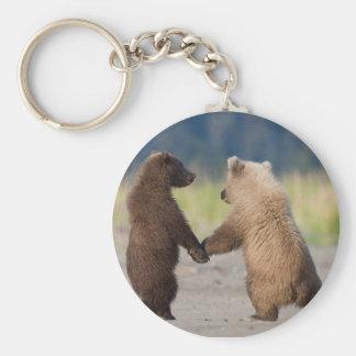 Un llavero de dos osos que llevan a cabo las manos