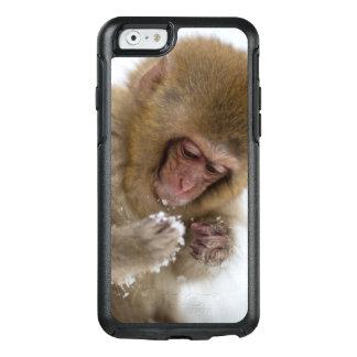 Un Macaque japonés del bebé (o mono de la nieve) Funda Otterbox Para iPhone 6/6s