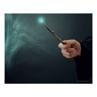 Un mago de la fantasía que hace magia con la vara póster