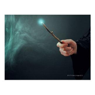Un mago de la fantasía que hace magia con la vara postales