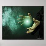Un mago de la fantasía que hace magia con sus mano posters
