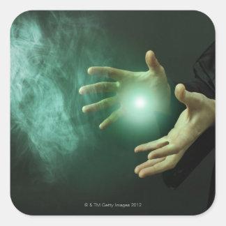 Un mago de la fantasía que hace magia con sus pegatina cuadrada