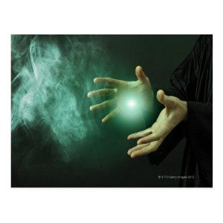 Un mago de la fantasía que hace magia con sus postal