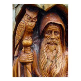 Un mago y un búho emergen de caverna tarjeta postal