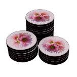 Un manojo de margaritas rosadas fichas de póquer