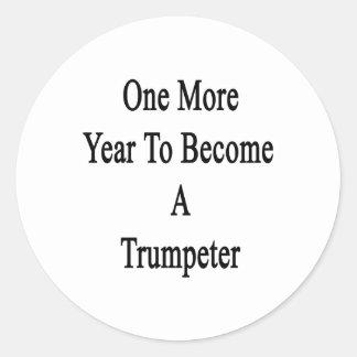 Un más año a hacer un trompetista etiquetas redondas