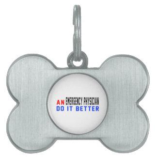 Un médico de la emergencia mejora placa mascota