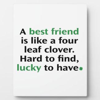 Un mejor amigo es como un trébol de cuatro hojas placas para mostrar