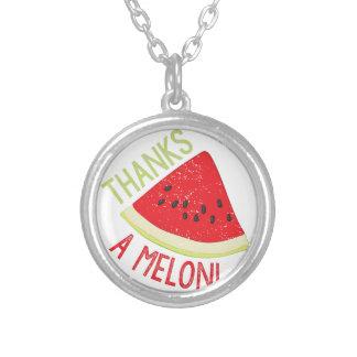 Un melón collar plateado