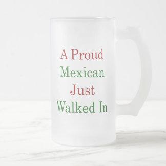 Un mexicano orgulloso acaba de caminar adentro tazas