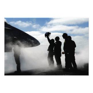 Un miembro de equipo de la cubierta de vuelo fotografía
