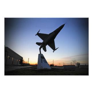 Un modelo de escala de un halcón que lucha del fotografías