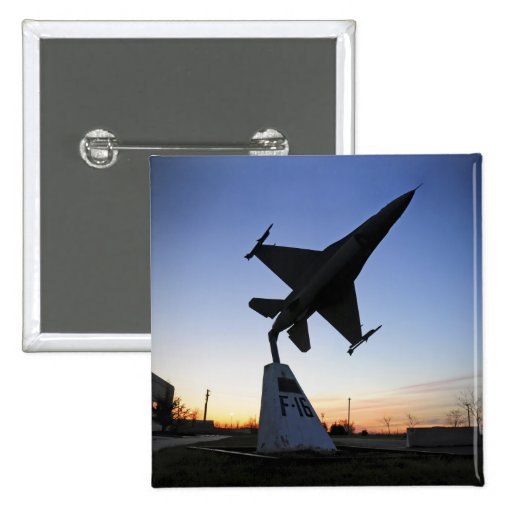 Un modelo de escala de un halcón que lucha del pin cuadrada 5 cm