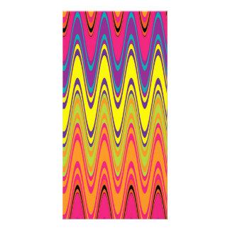 Un modelo de onda amarillo rosado de neón retro tarjetas fotograficas