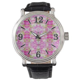 Un modelo de papel rosado abstracto de la acuarela reloj de mano