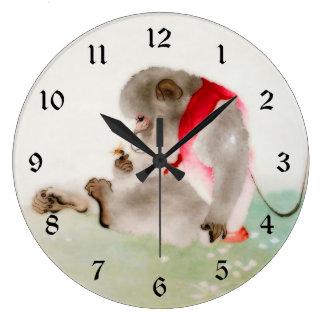 Un mono asentado observando un insecto reloj redondo grande