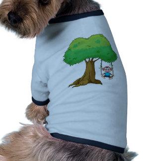 Un mono que juega el oscilación en árbol camiseta con mangas para perro